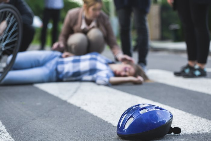 Patient on the ground after a traffic accident - head trauma and the role of a portable suction unit